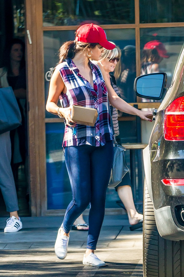 *EXCLUSIVE* Calabasas, CA - Selena Gomez revealed her weight-loss secret as she exited Pedalers Fork restaurant in Calabasas, taking some of her meal home in a to-go box. It's no surprise that if you eat less calories, you will actually lose weight. AKM-GSI  August  10, 2015 To License These Photos, Please Contact : Steve Ginsburg (310) 505-8447 (323) 423-9397 steve@akmgsi.com sales@akmgsi.com or Maria Buda (917) 242-1505 mbuda@akmgsi.com ginsburgspalyinc@gmail.com
