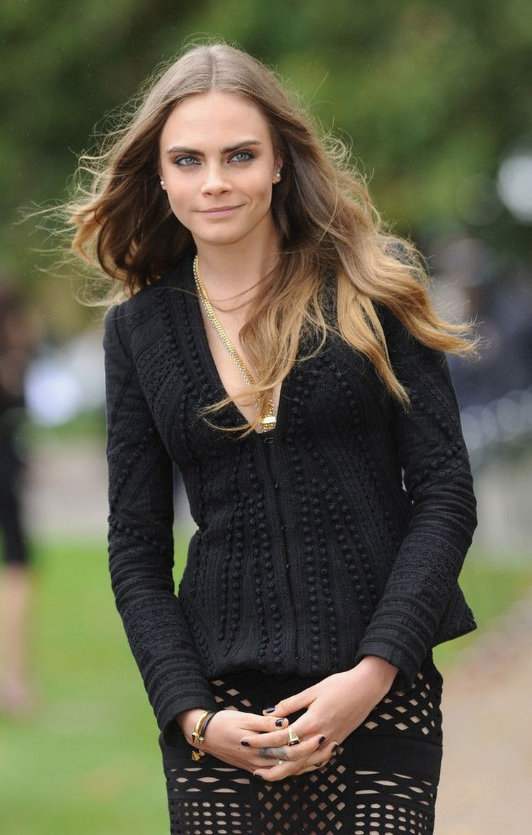 Cara-Delevingne-at-Burberry-Womenswear-LFW-5