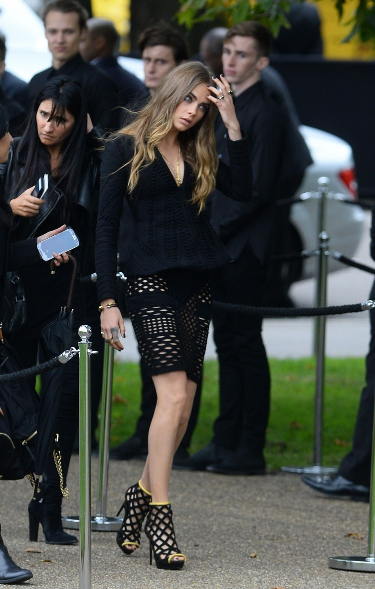Cara-Delevingne-at-Burberry-Womenswear-LFW-8