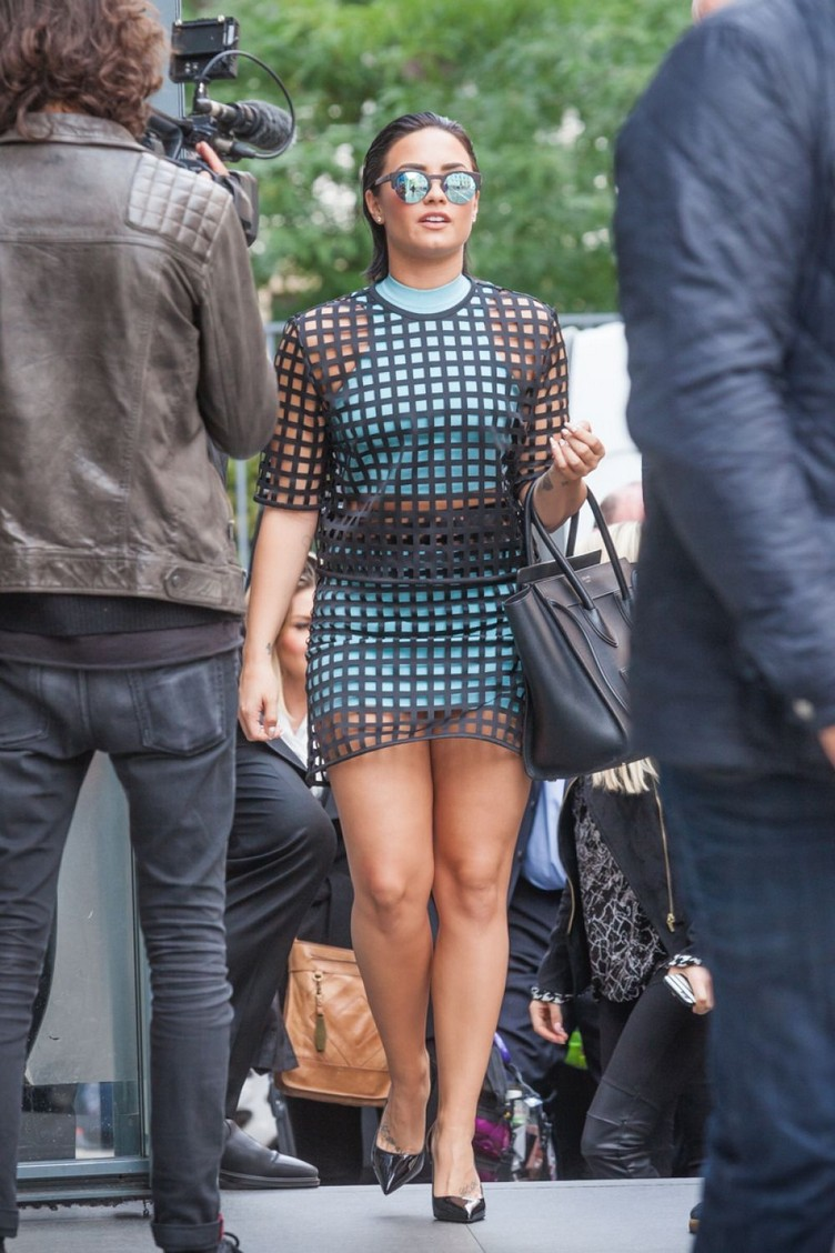 demi-lovato-leaves-her-hotel-in-paris-09-07-2015_25