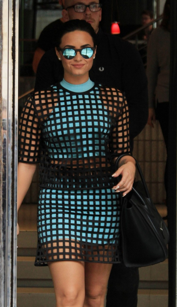 demi-lovato-leaves-her-hotel-in-paris-09-07-2015_4