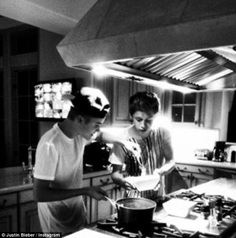 2AB34EDC00000578-3168331-Meanwhile_Bieber_and_Niall_have_been_firm_friends_as_far_back_as-a-5_1437408465676