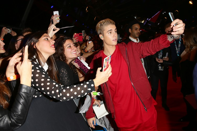 MILAN, ITALY - OCTOBER 25: Justin Bieber takes a selfie with fans at the MTV EMA's 2015 at the Mediolanum Forum on October 25, 2015 in Milan, Italy. (Photo by Vittorio Zunino Celotto/MTV 2015/Getty Images for MTV) *** Local Caption *** Justin Bieber
