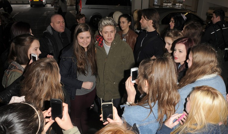 niall-horan-fan-frenzy-at-heathrow-airport-02
