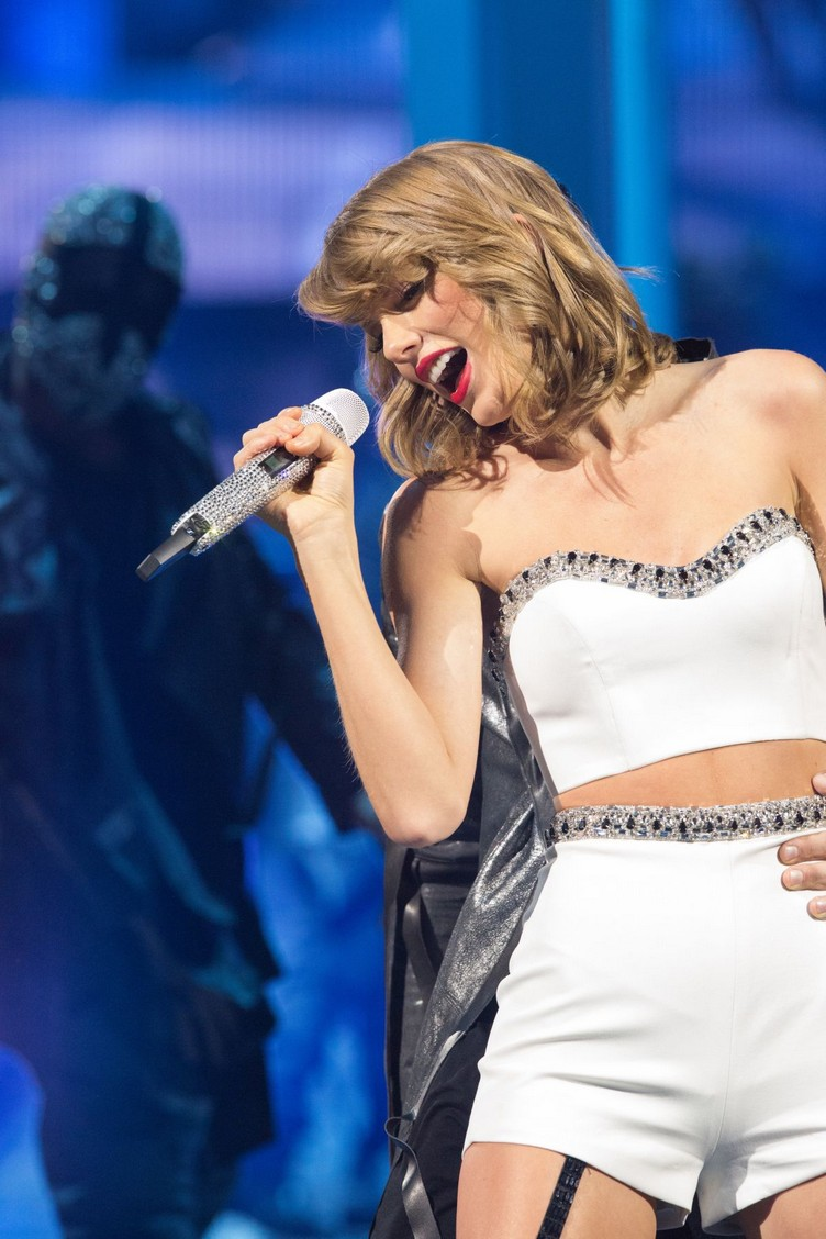 taylor-swift-performs-at-1989-world-tour-in-singapore-11-07-2015_2