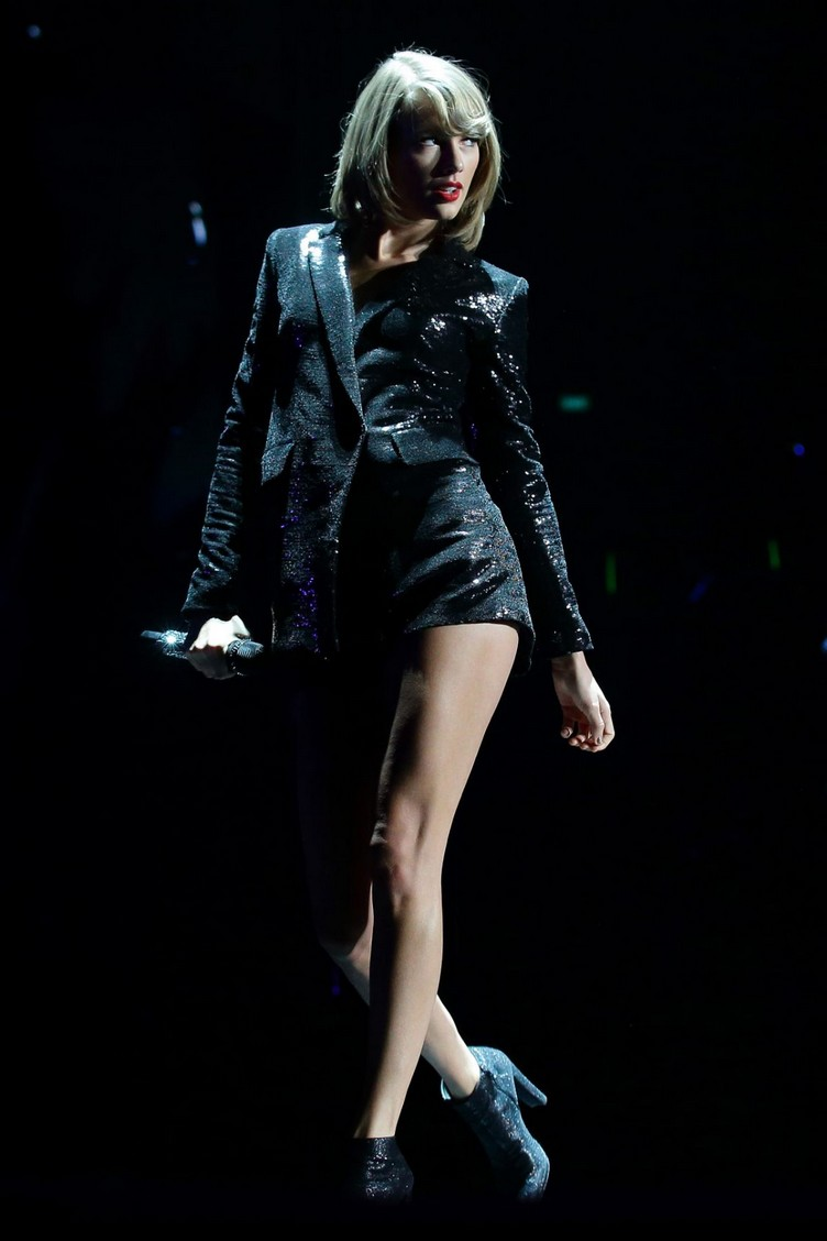 taylor-swift-performs-at-1989-world-tour-in-singapore-11-07-2015_4