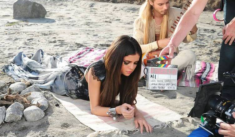 selena-gomez-on-the-set-of-her-new-music-video-love-you-like-a-love-song-06