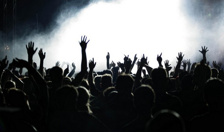 people_hands_concert_music_crowd_hd-wallpaper-77639