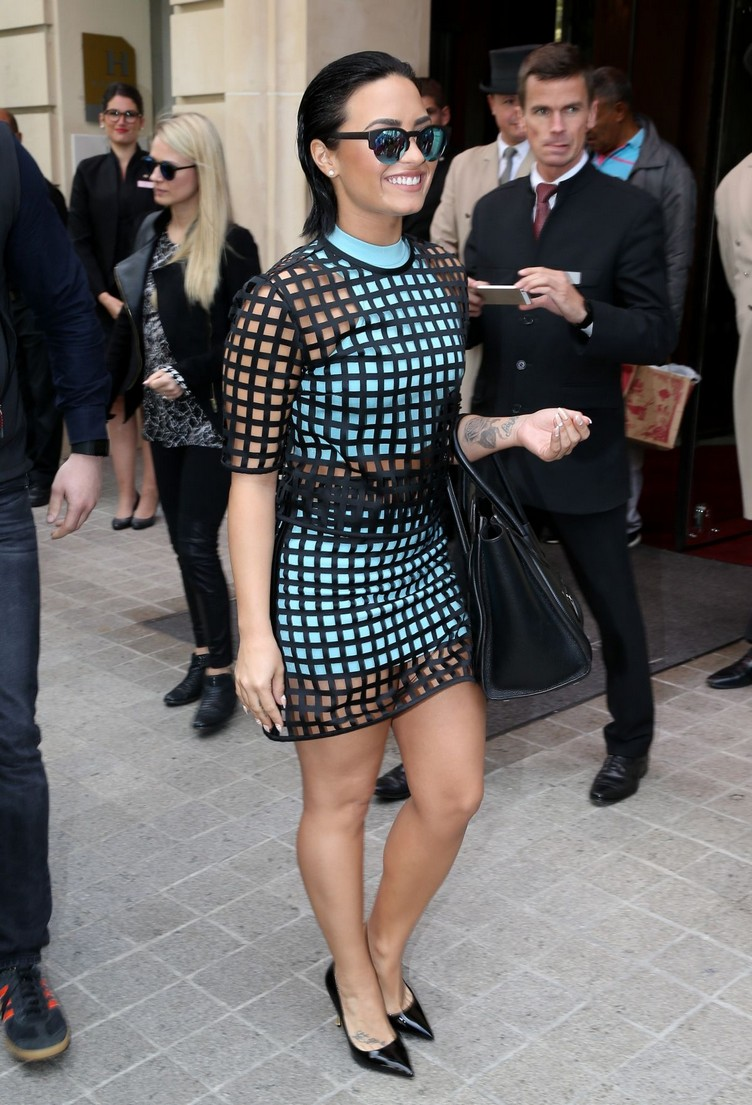 demi-lovato-leaves-her-hotel-in-paris-09-07-2015_9