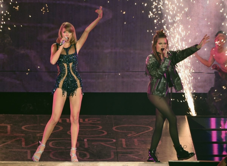 taylor-swift-and-tove-lo-performs-at-the-1989-world-tour-in-atlanta-10-24-205_2