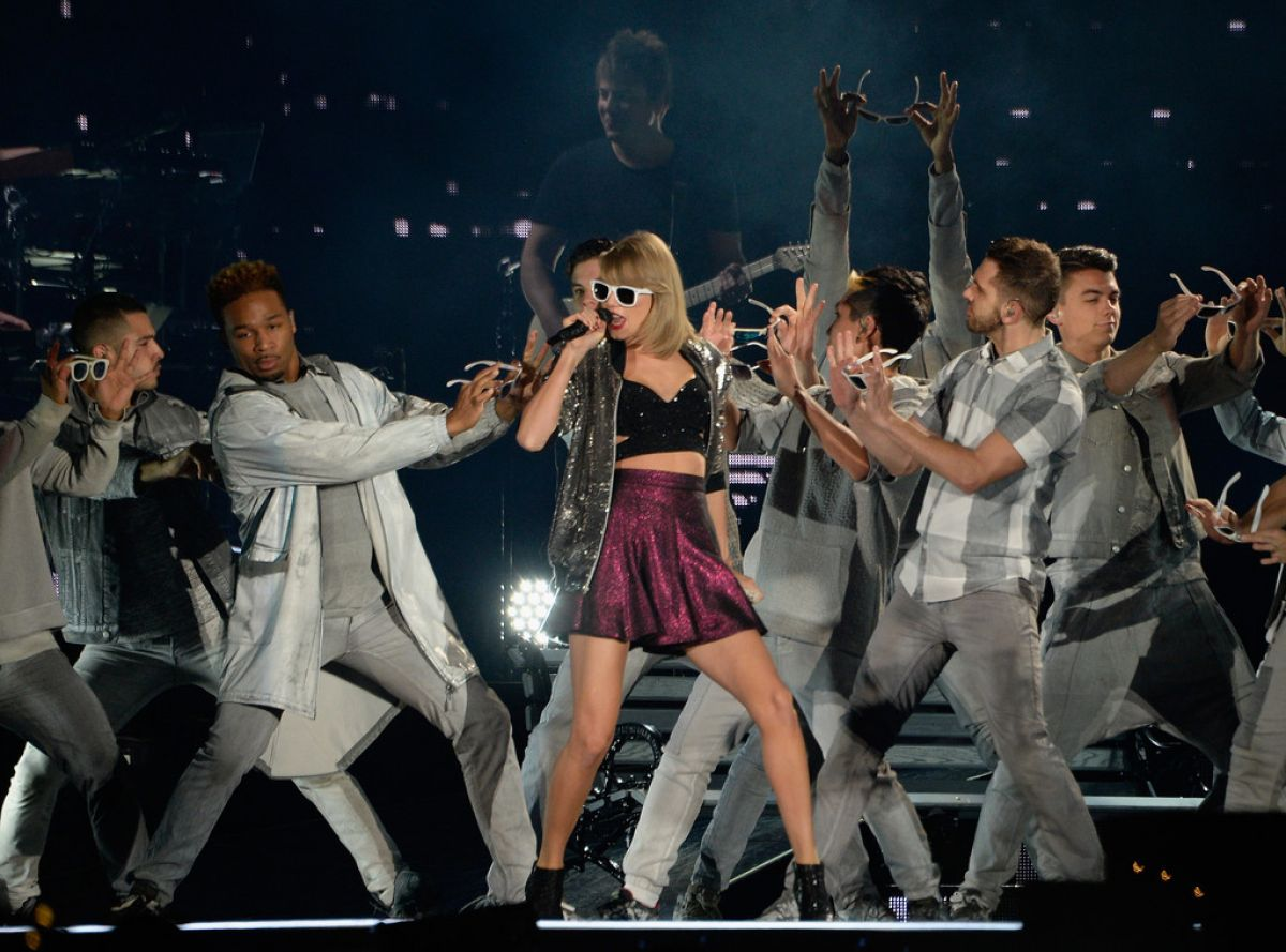 taylor-swift-and-tove-lo-performs-at-the-1989-world-tour-in-atlanta-10-24-205_6