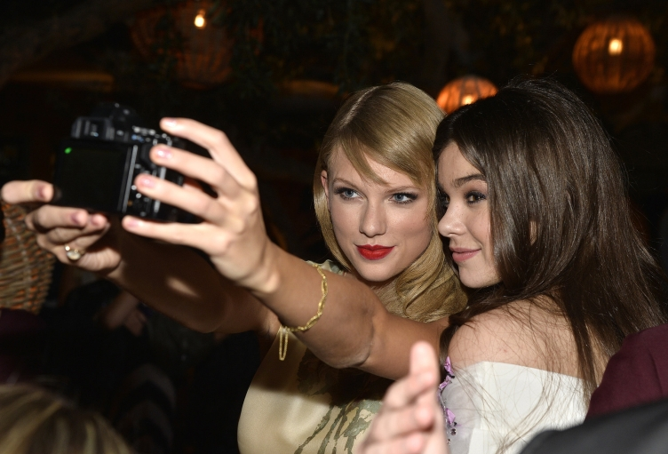 Taylor-Swift-Hailee-Steinfeld-took-selfies