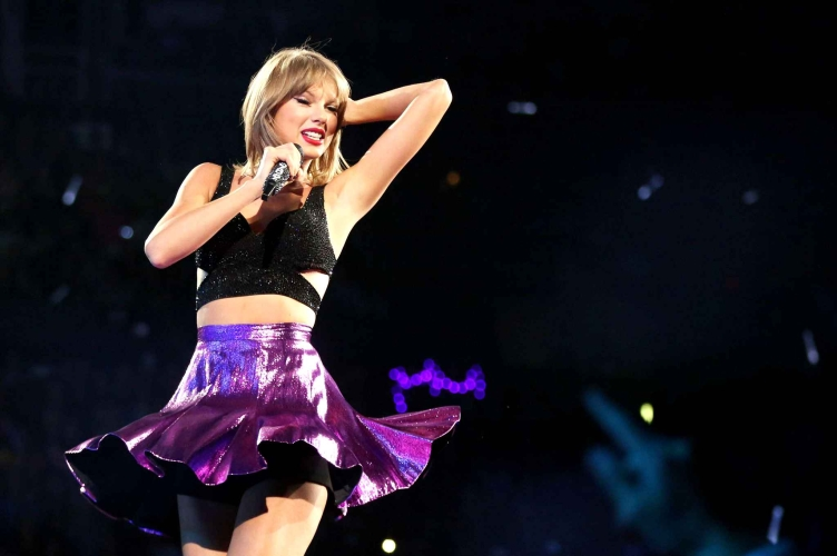 taylor-swift-performs-during-the-df2e-diaporama